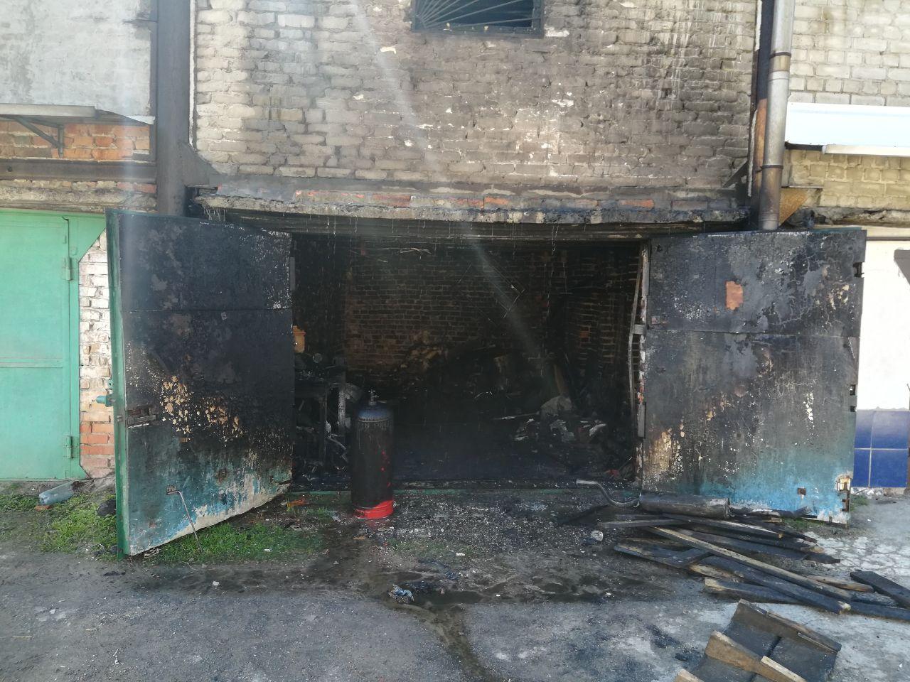 Поджег свой автомобиль и закрылся в гараже: подробности пожара на Старошишковской