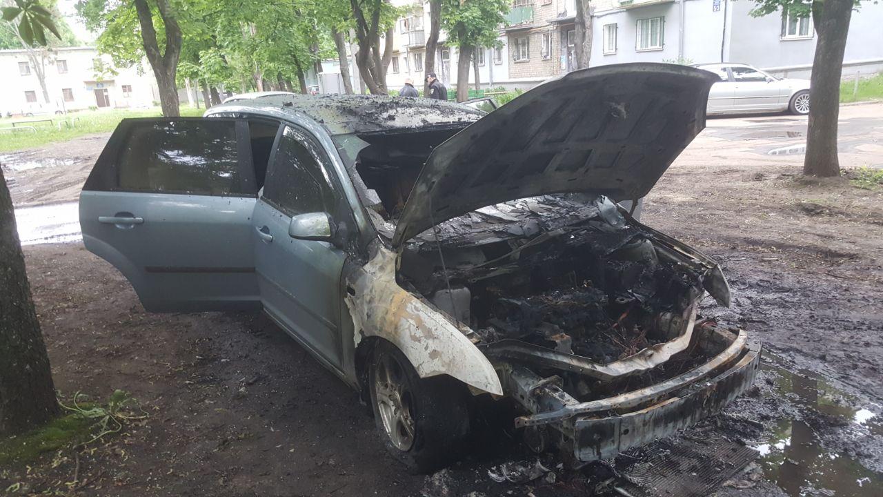 В Харькове ночью сгорел автомобиль, припаркованный возле дома (фото)