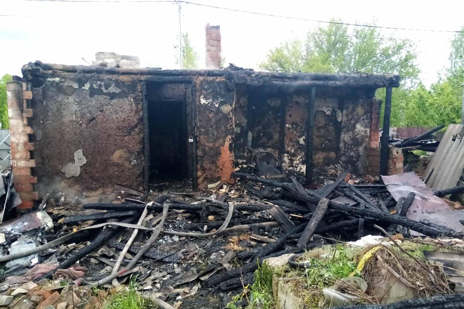 На Харьковщине сгорел частный дом с верандой (фото)