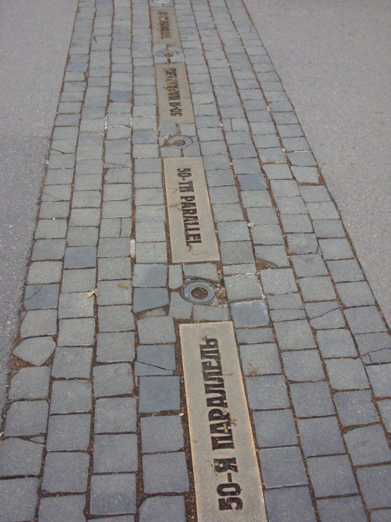 50-я параллель в Харькове отмечена бронзой на брусчатке