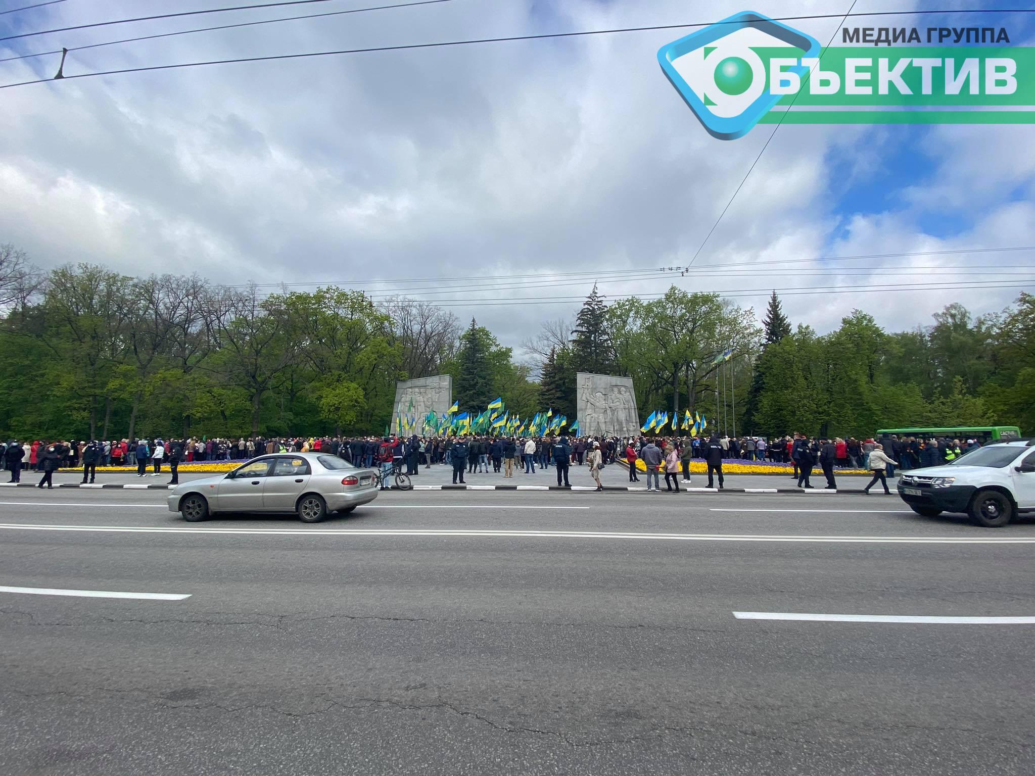 На Мемориале Славы в Харькове собрались сотни людей (фото, видео)