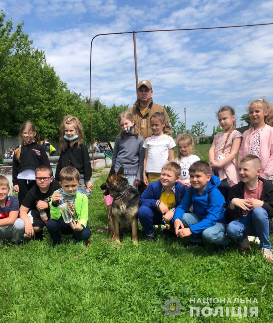 Харьковские школьники познакомились с полицейскими собаками (фоторепортаж)