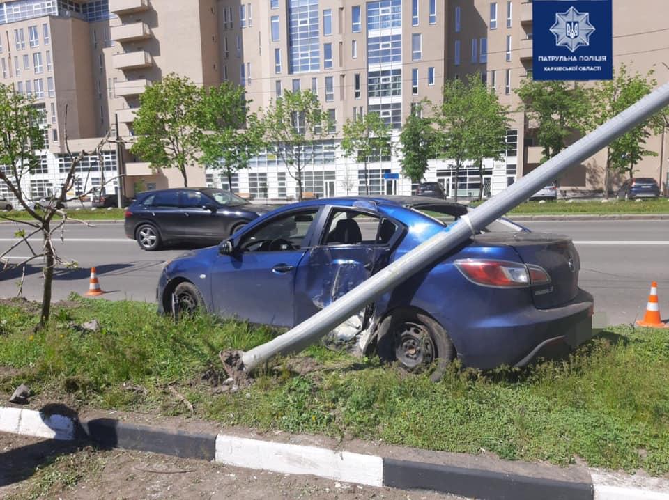 В Харькове водитель Mazda сбил столб (фото)
