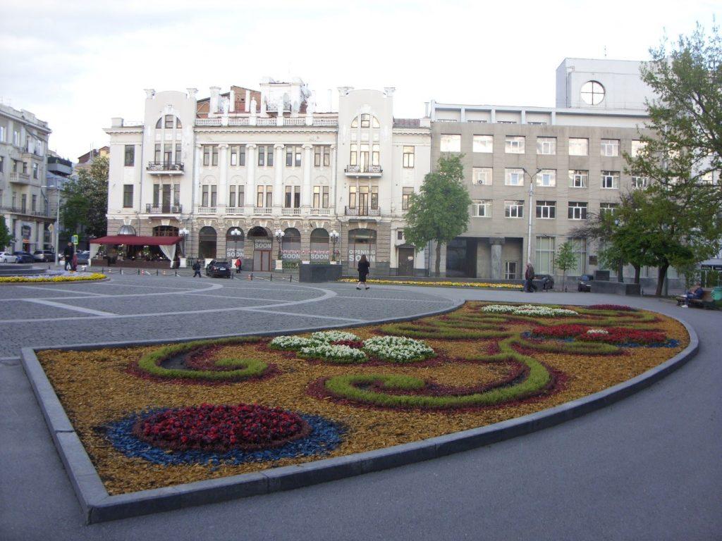 Клумба у памятника Тарасу Шевченко в Харькове