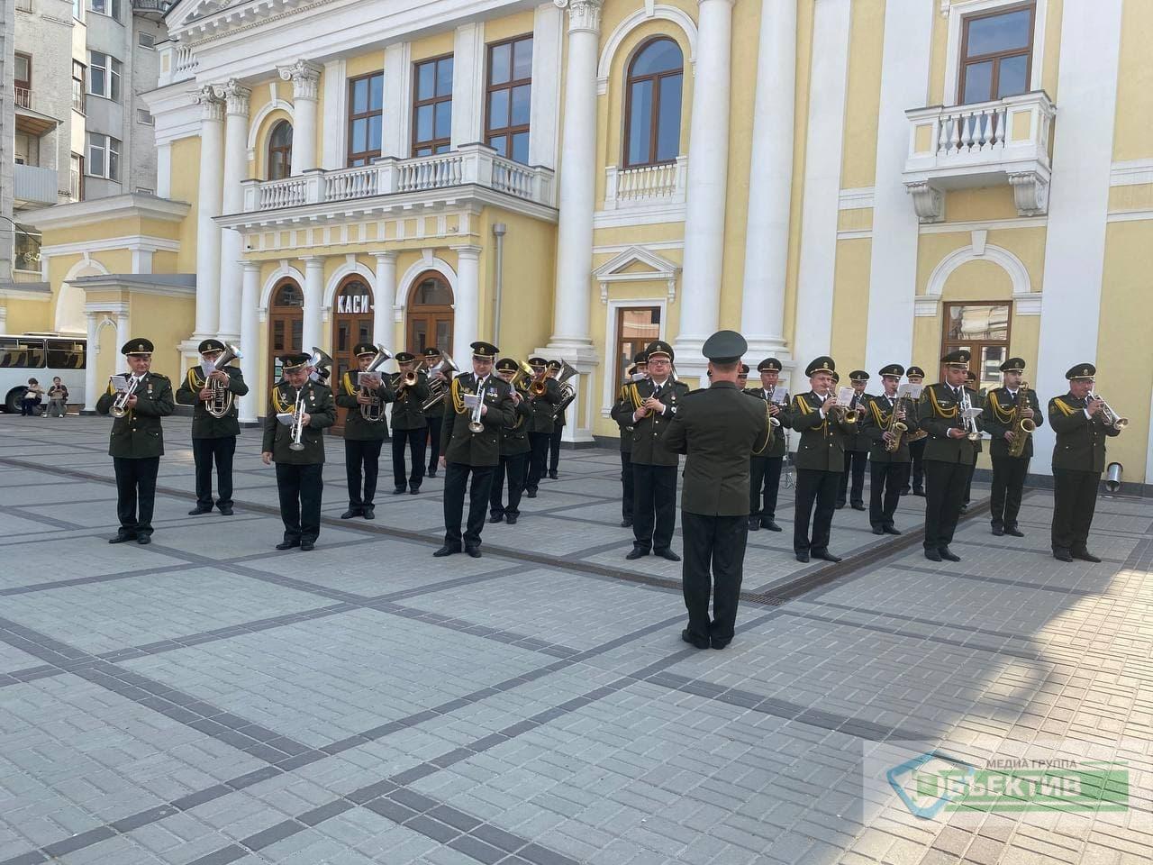 В центре Харькова играет военный оркестр (фото, видео)
