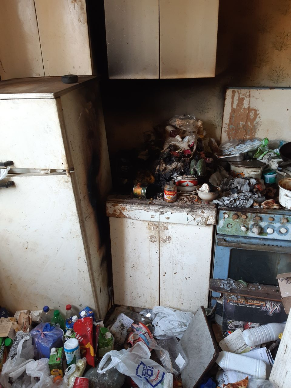 Спасатели вынесли харьковчанина из горевшей квартиры шестнадцатиэтажки (фото)