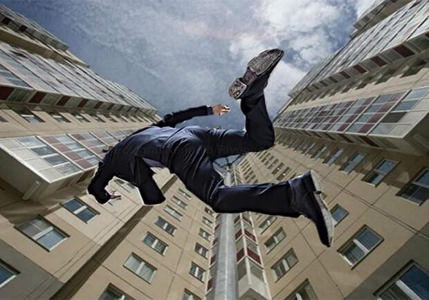В центре Харькова молодой парень выпал из окна (видео)