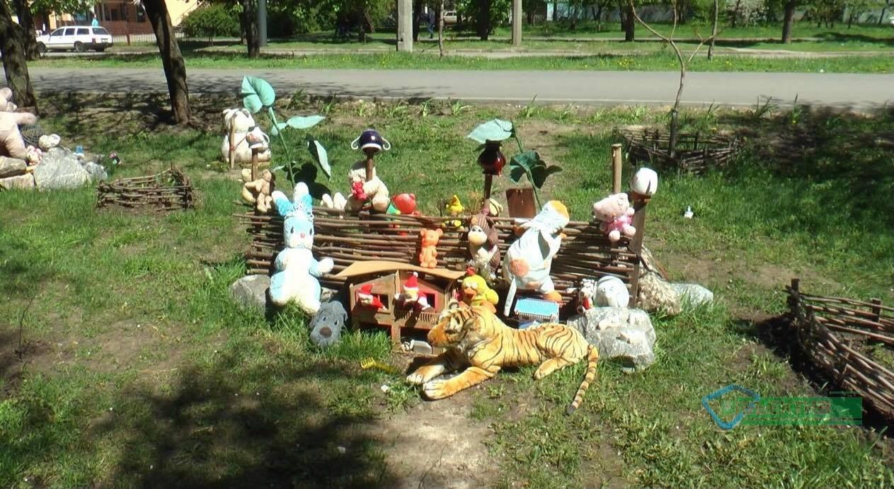 На Салтовке один из дворов украсили мягкими игрушками (фото)