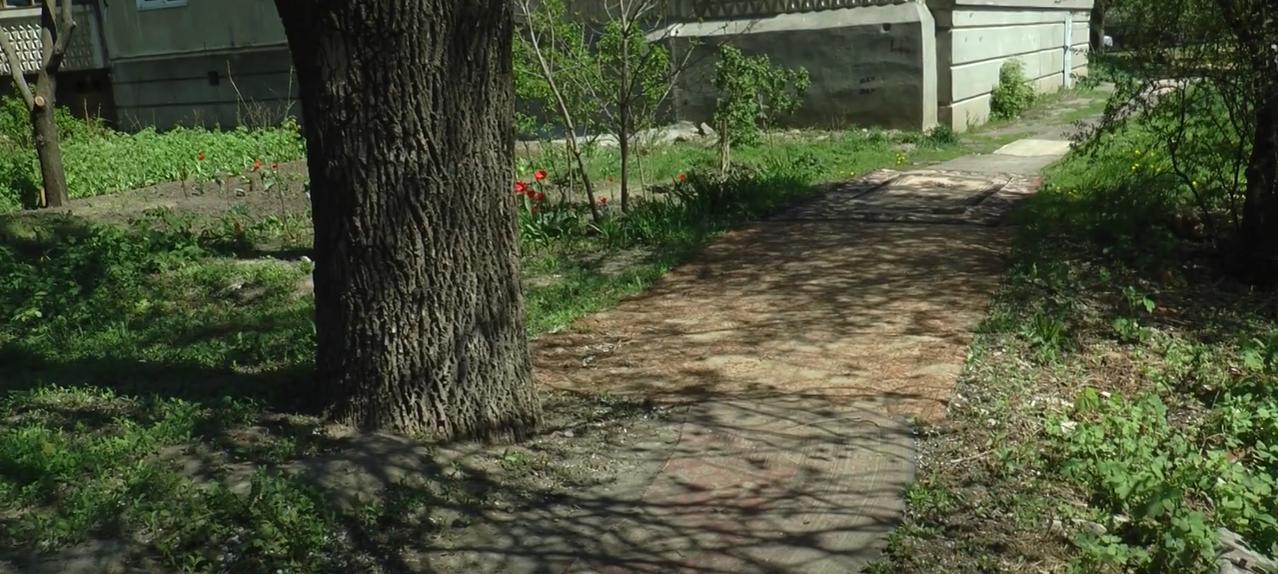 Килими замість бруду: креативний ремонт дороги на Клочківській (відео)