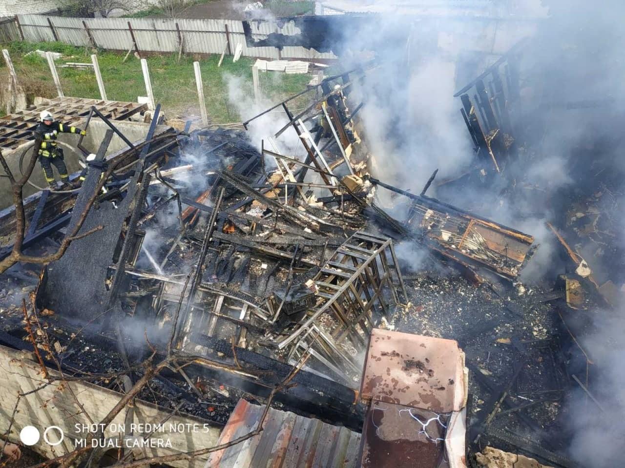В Харькове сгорел частный дом (фото, видео)