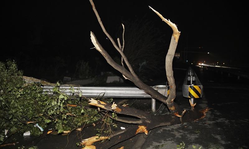 На Ухань налетел торнадо: есть жертвы (видео)