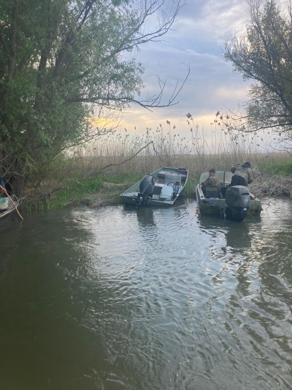 Утонул катер пограничников. Трое военнослужащих спаслись, поиски четвертого продолжаются (видео, фото)