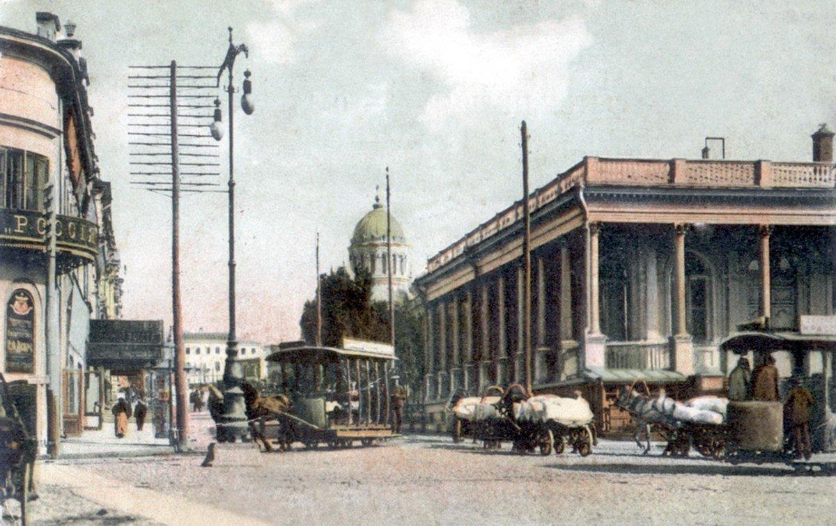 Конка у здания биржи на Николаевской площади, недалеко от пересечения с Армянским переулком