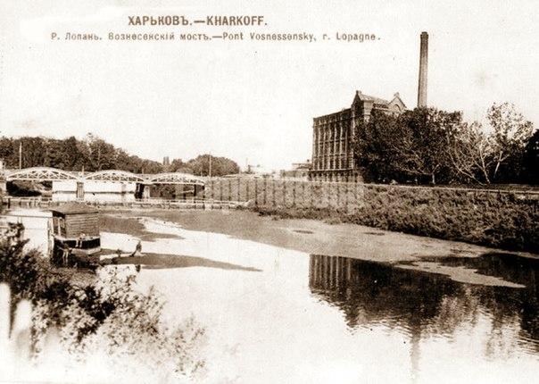 Вознесенский мост (сейчас перестроен, носит имя Ю. Чигирина, в народе его называют «горбатым»), слева в кадре купальни