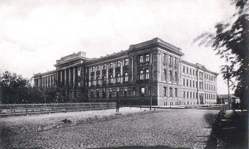 Скобелевский сквер сейчас – часть площади Героев Небесной Сотни, в здании судебных установлений – Апелляцилнный и Червонозаводский суды