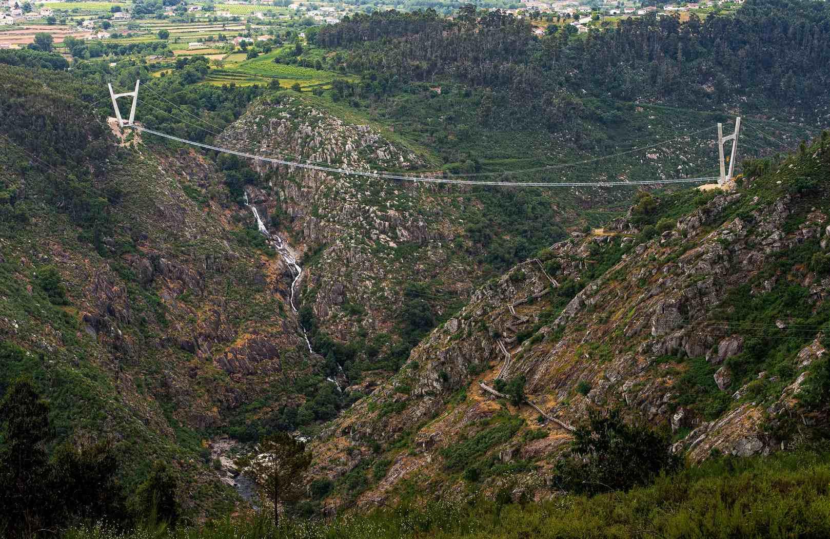 В Португалии открыли новый объект для любителей экстрима — самый длинный в мире подвесной мост (фото)