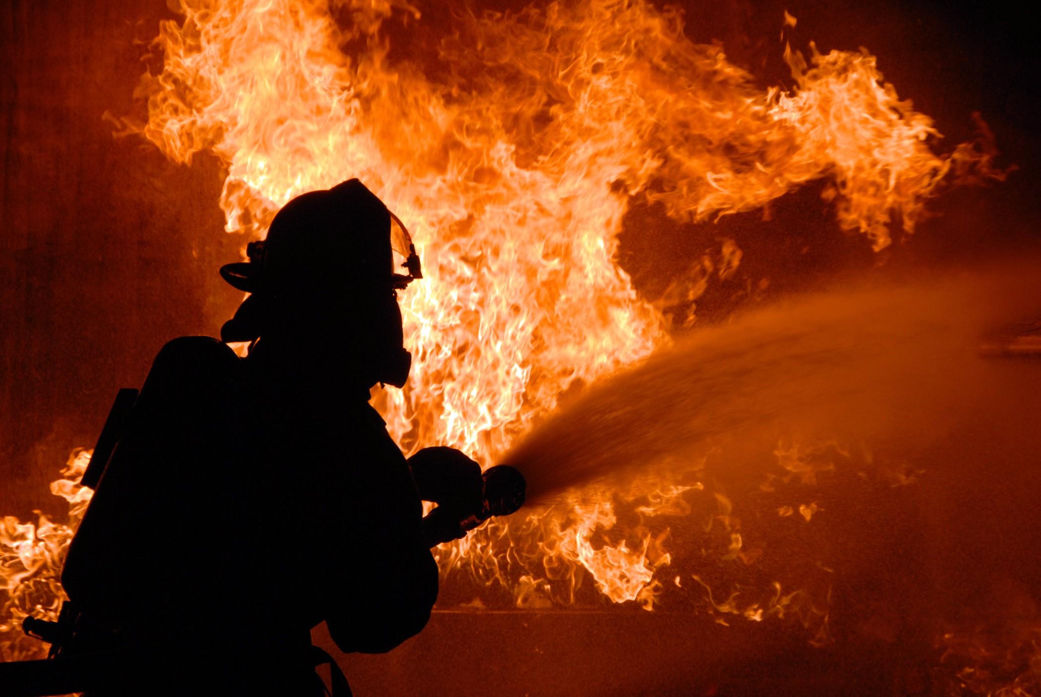 Спасатели ликвидируют последствия пожара в многоэтажке Харькова