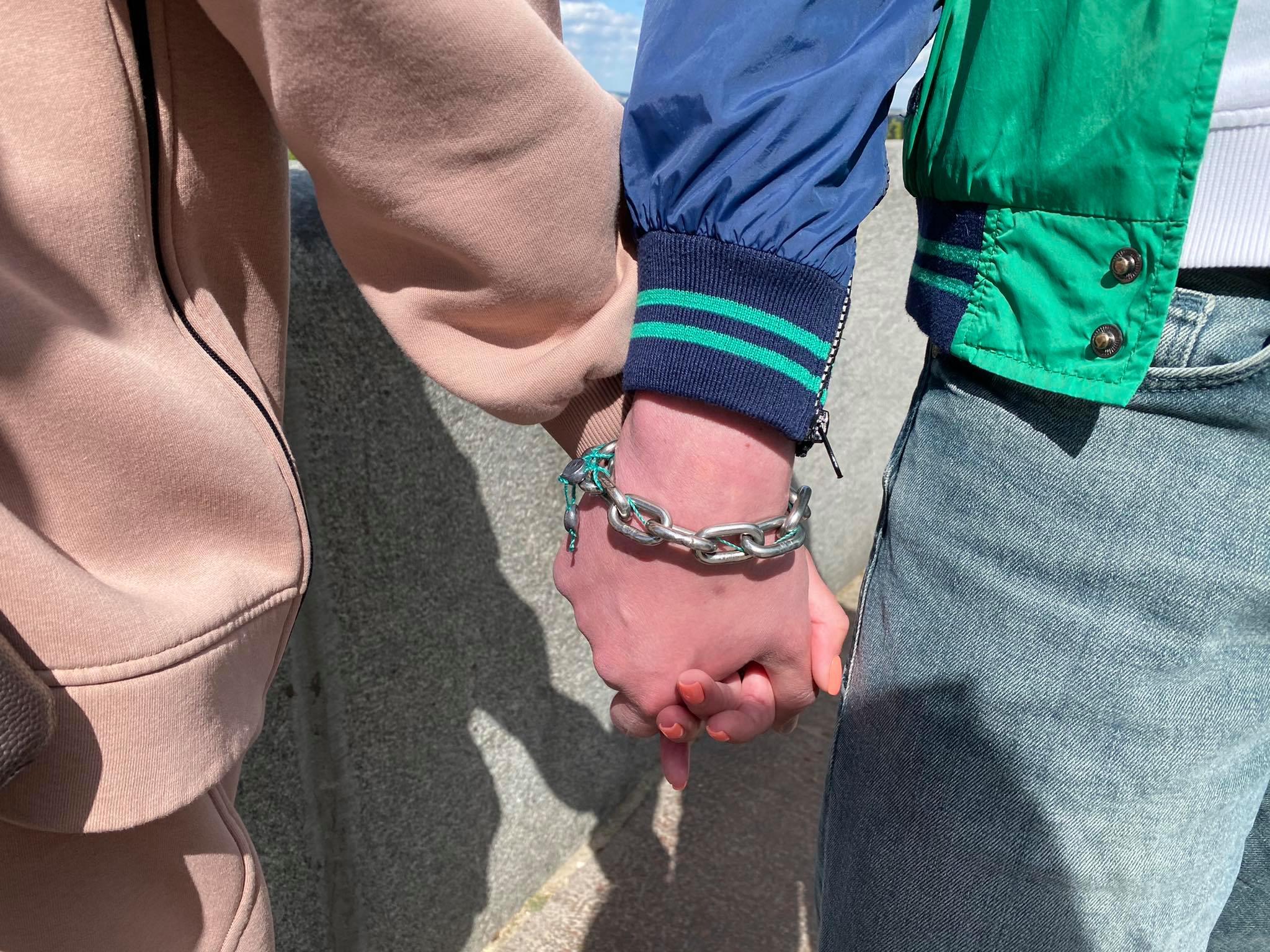 Скованные влюблённые из Харькова планируют продать цепь за 3 миллиона долларов (фото)