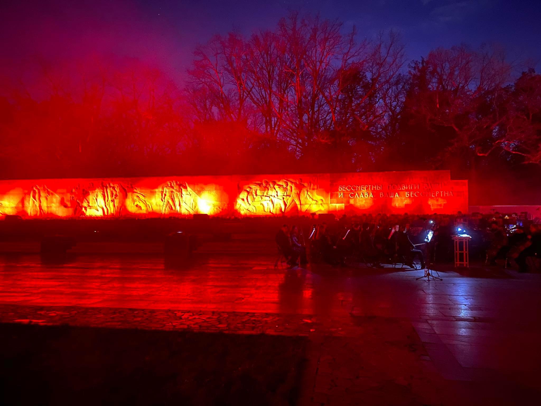 На Мемориале Славы – необычное световое шоу (фото, видео)