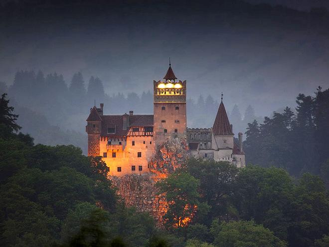 Румынский замок Бран — замок Дракулы — предлагает туристам вакцинироваться от ковида