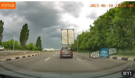 В Харькове с багажника движущегося авто слетела кровать (видео)