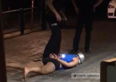 Харьковчанин с кастрюлей на голове разнес ночью летнюю площадку Макдональдса (видео)