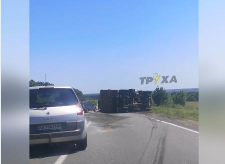 На трассе под Харьковом перевернулся груженый КАМАЗ (видео)