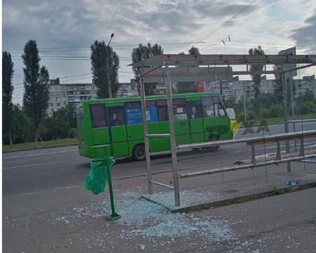 Вандалы выбили стекла в остановочном павильоне в Харькове (фото)
