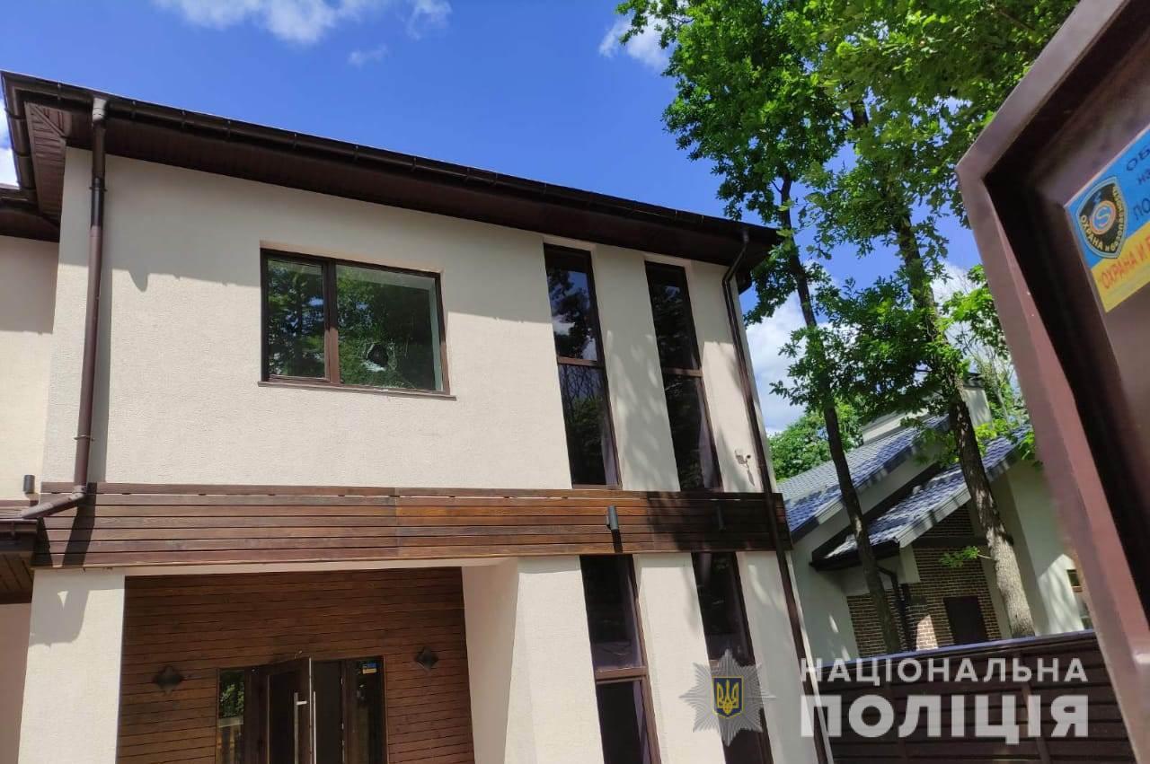 Под Харьковом неизвестные забросали частный дом камнями и подкинули зажигательную смесь