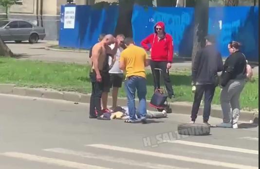 """В """"скорой"""" рассказали о состоянии женщины, сбитой рядом с ДК """"Металлист"""" (видео)"""