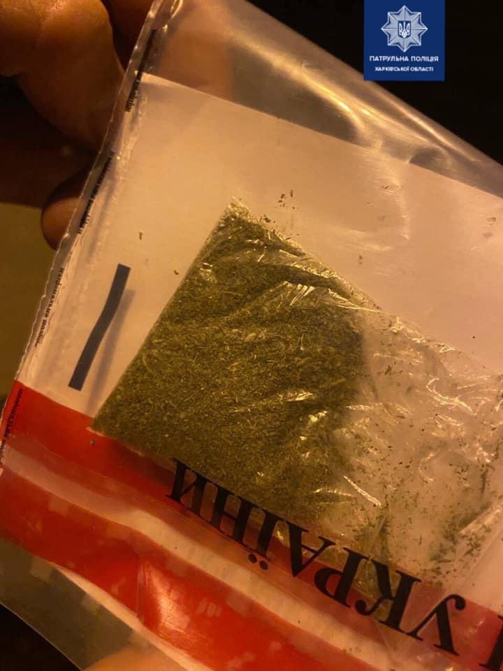 Патрульные задержали харьковчанина с наркотиками (фото)