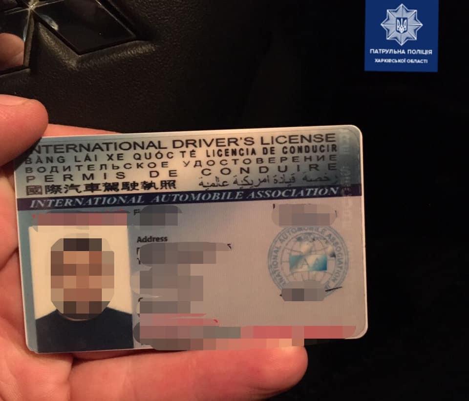 """В Харькове водитель """"под кайфом"""" пытался дать взятку патрульным (фото)"""