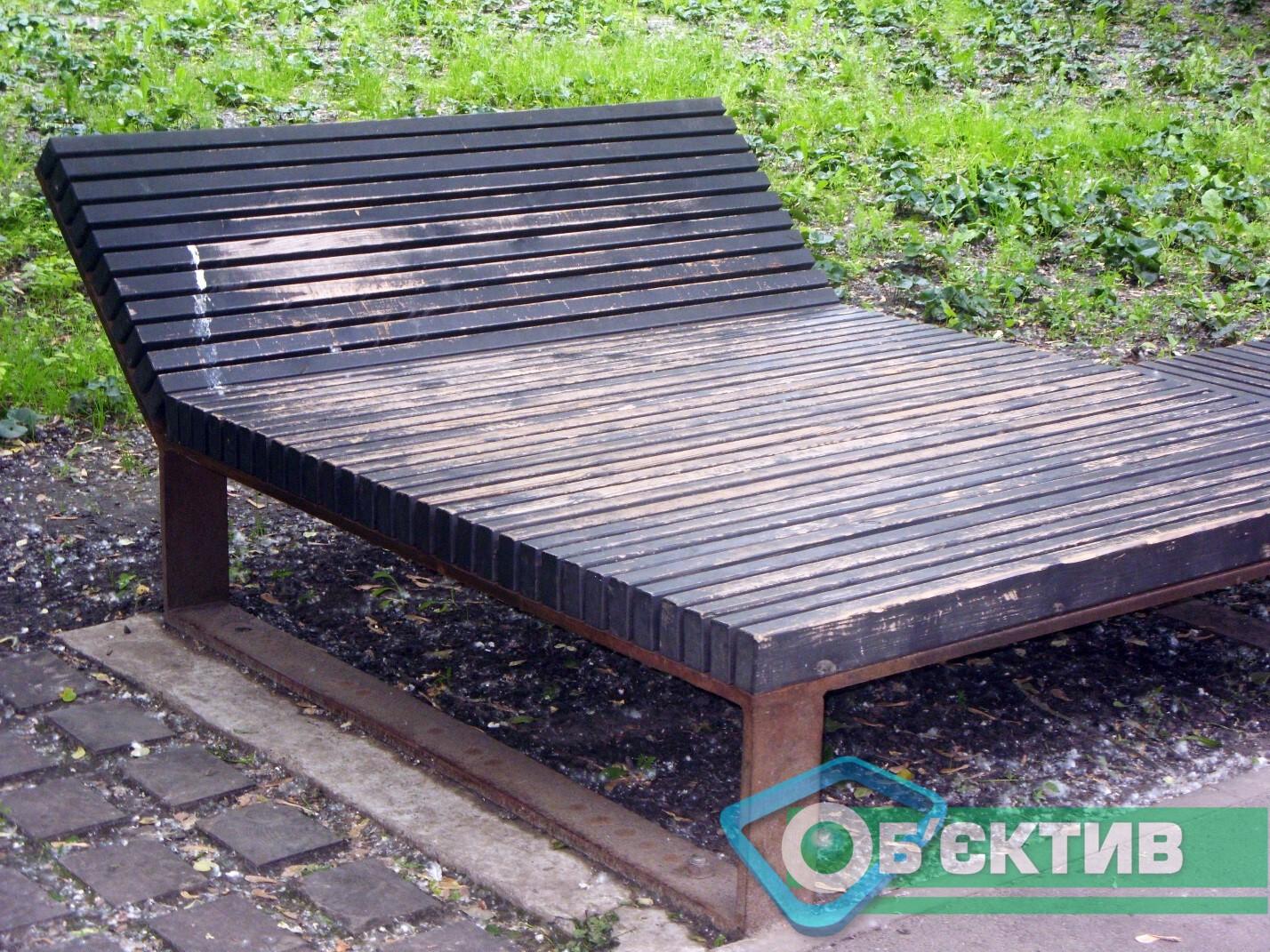 Деревянная лежанка в парке