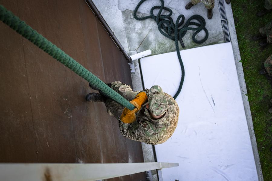 Разведчиков-нацгвардейцев учили десантироваться без парашютов (фото)