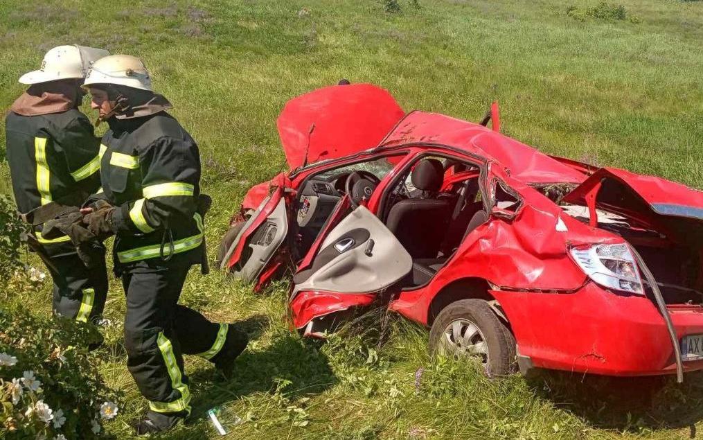 В Харьковской области спасатели деблокировали пострадавшего водителя (фото)