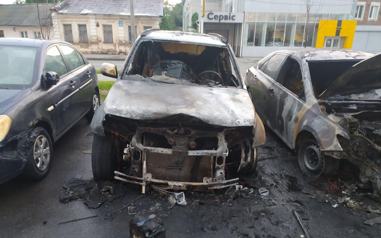 Ночью в Харькове во дворе многоэтажки сгорели автомобили (фоторепортаж)
