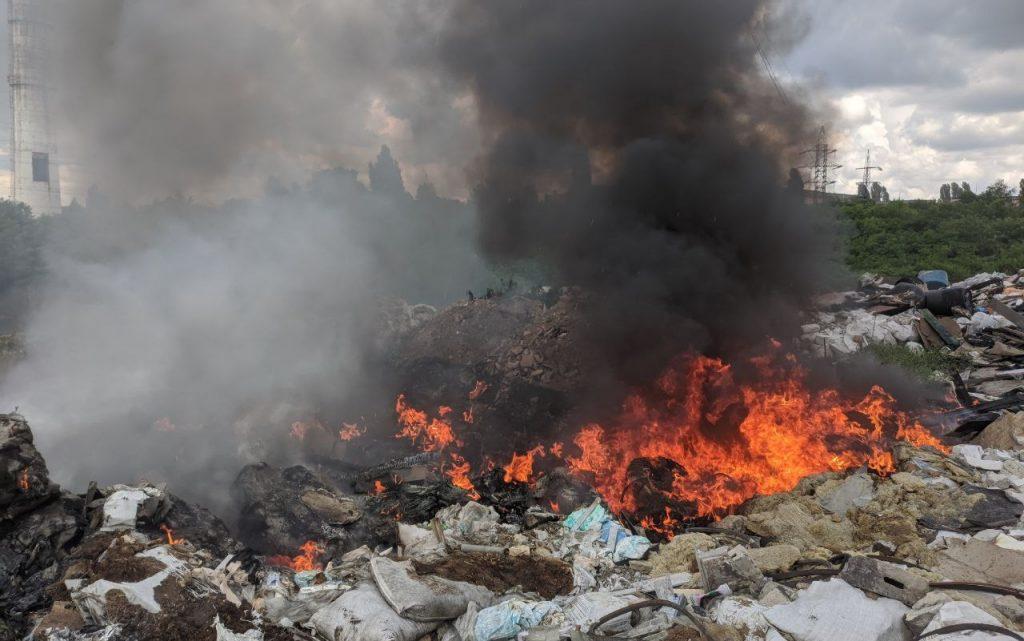 Горит мусор на открытой территории на ул. Вишневая, 40 в Харькове - фото 1