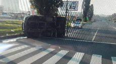 В Харькове опрокинулся грузовик (фото)