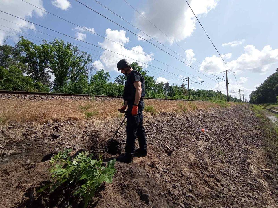 На Харьковщине в трех метрах от железной дороги нашли мины (фото)