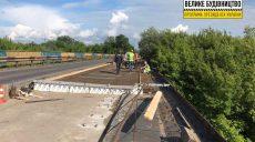 Дорожники бетонируют плиту на мосту через Северский Донец