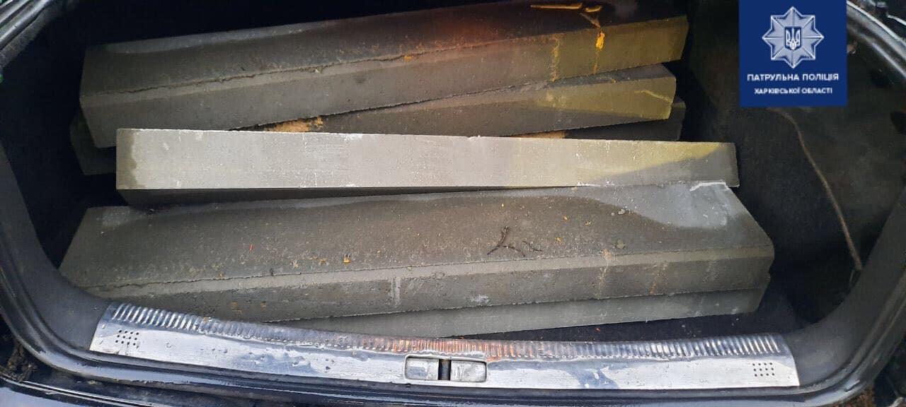 Патрульные нашли харьковчанина, воровавшего бордюры (фото)