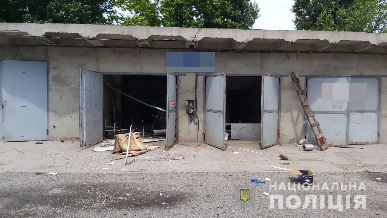 На Харьковщине неизвестные украли из гаража кофе и шоколад, а затем подорвали здание (фото)