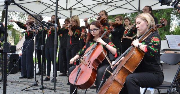 Юные музыканты Харькова дали концерт в сквере (фото)