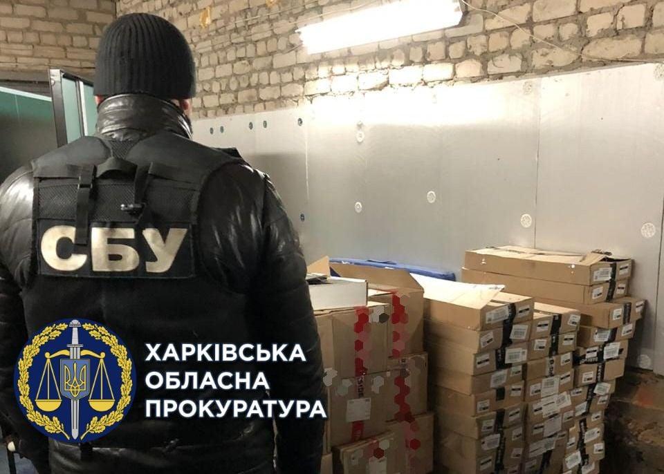 Незаконно хранил табачные изделия на общую сумму 2 млн грн: харьковчанину сообщили о подозрении (фото)