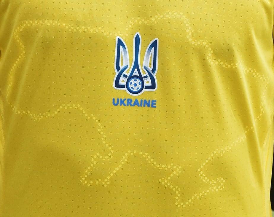 Дипломаты Великобритании сфотографировались в футбольной форме сборной Украины (фото)