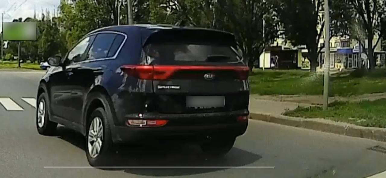 Полиция нашла водителя, который проехал перекресток на запрещающий сигнал светофора (видео, фото)