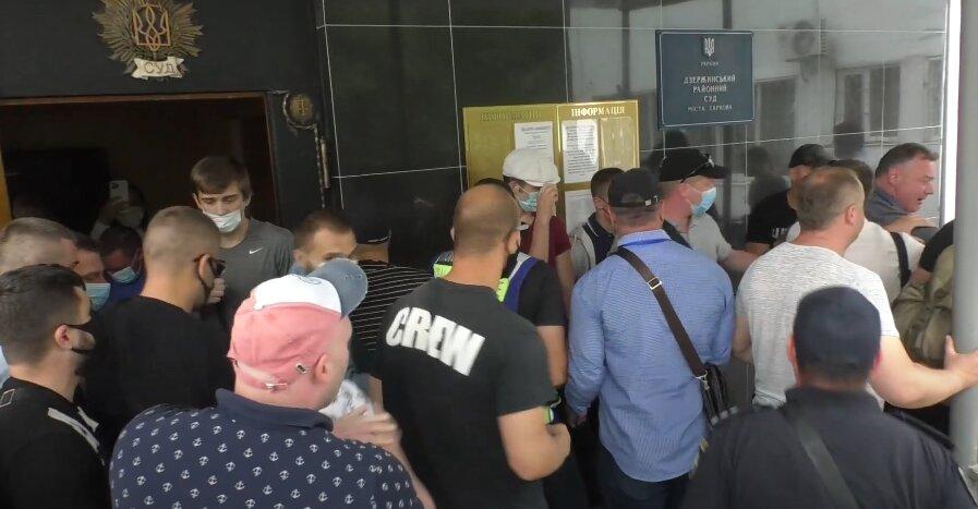 Біля Дзержинського суду відбулася бійка: розглядали справу депутата Харківської міськради (відео)