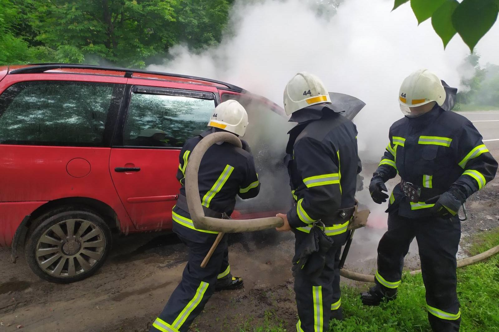 На Харьковщине во время движения загорелся автомобиль (фото)