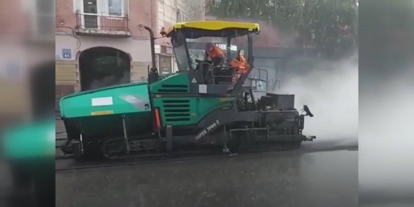 Пішов дощ – взялися асфальтувати: особливості ремонту Московського проспекту (відео)