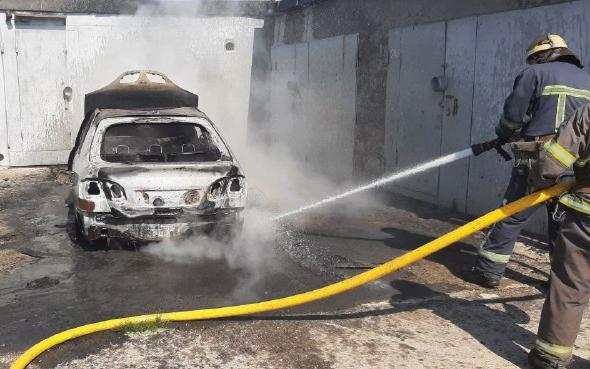 В Харькове спасатели ликвидировали пожар в гаражном кооперативе (фото)